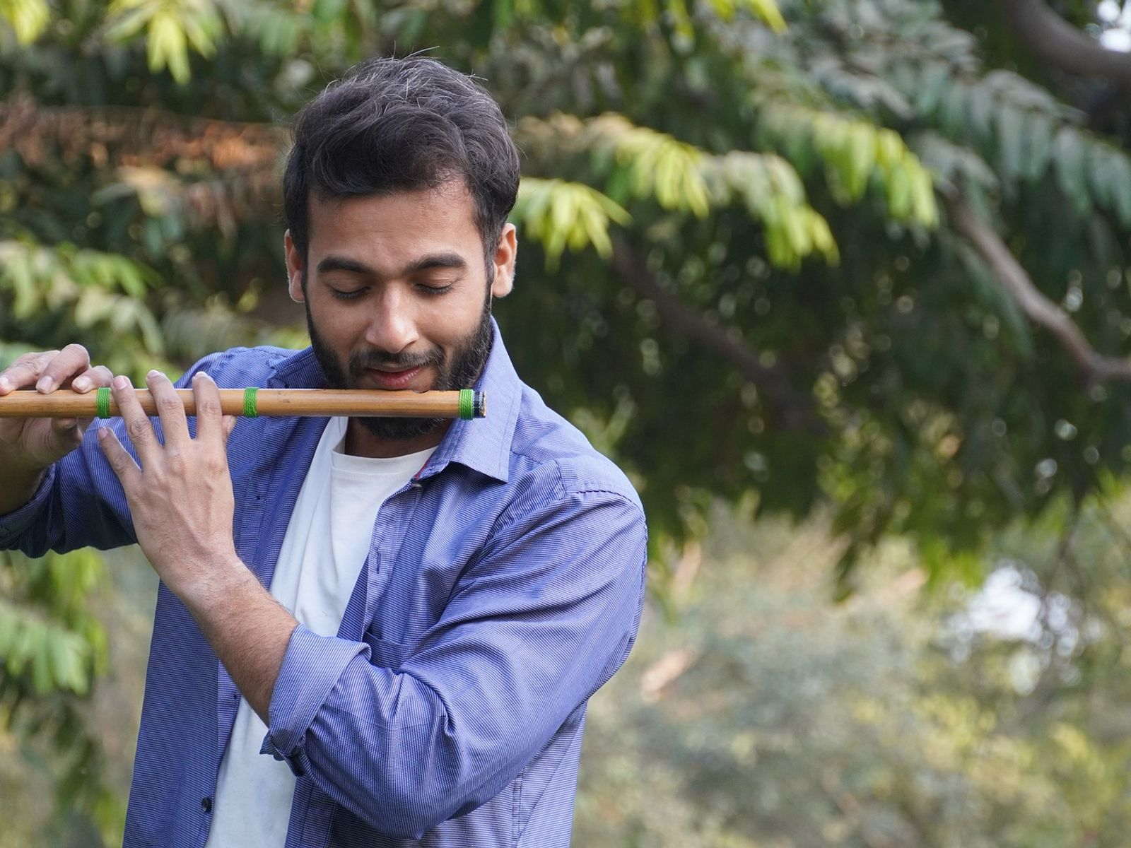 Sonu Banarasi playing flute, India virtual tour